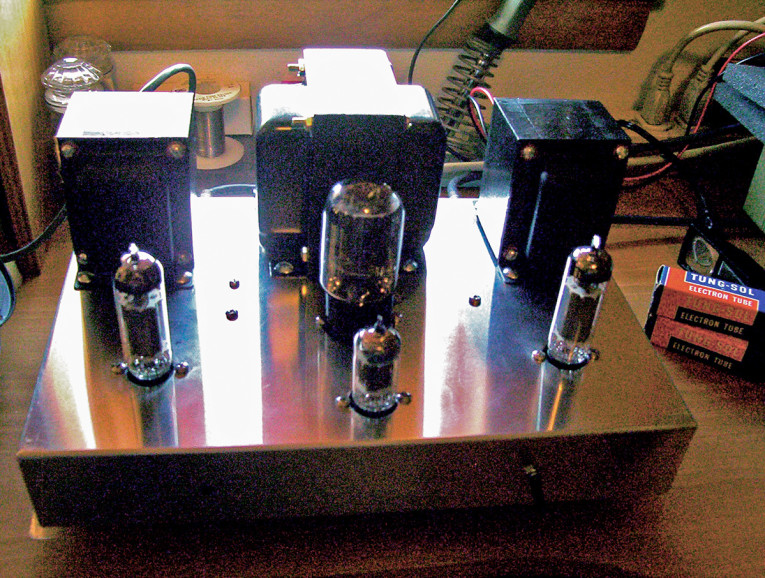 photo 1: front view of the amp  (all tube model, unpainted chassis )