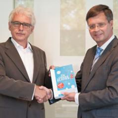 Balkenende krijgt eerste 'De Dikke Blauwe.2'; Verhoeven 'invloedrijkste'