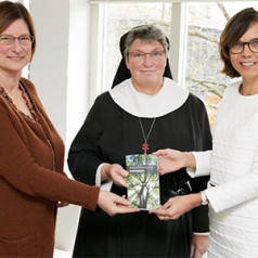 Nieuwe uitgave Geloofwaardig beleggen uitgereikt aan Carla Dik