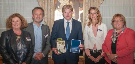 Toekomstagenda informele zorg uitgereikt aan Van Rijn