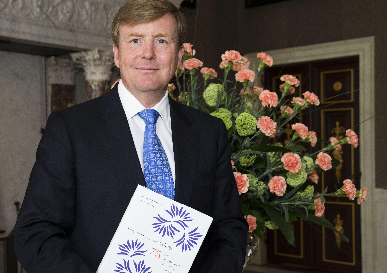 Jubileumboek Prins Bernhard Cultuurfonds aan Koning uitgereikt