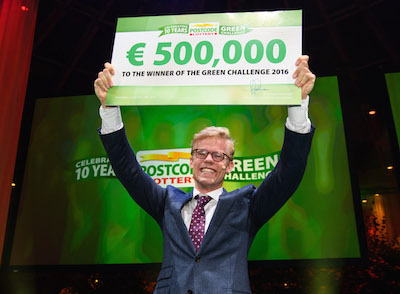 Winnaar Willem Kesteloo met moddervette cheque