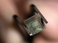 Der 4,4 Millimeter große Wireless-Transceiver.