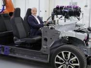E-Mobilitäts-Vorstand Thomas Ulbrich im Chassis des ID. Bild: Volkswagen.