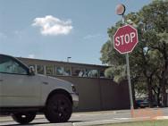 Sensorgesteuertes Stoppschild erkennt Autos und blinkt. Bild: utsa.edu