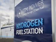 Station-service pour l'hydrogène d'ITM Power, entreprise spécialisée dans le stockage de l'énergie et les carburants propres, chargée des installations du projet hydrogène des îles Orcades. Source : Bexim surWikimedia, license CC BY-SA 4.0