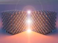 Artist impression van twee zilverkristallen op nanoschaal die licht genereren door inelastische elektronentunneling (afbeelding: Steven Bopp).