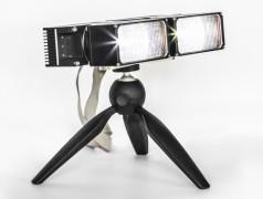 Segmentiertes LED-Fernlicht realisiert als mikrooptischer, irregulärer Wabenkondensor. Zwei identische Module mit einem Winkel von 1.5° zueinander montiert. Bild: Fraunhofer IOF