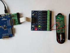 Das SAM-D20-Board nimmt die Kommandos über USB entgegen und steuert eine Fernbedienung für Funksteckdosen an.