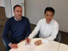 Teo Swee Ann (Espressif) undFerdinand te Walvaart (Elektor) unterzeichnen Vereinbarung.