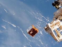 Der RemoveDEBRIS-Satellit wird von der Internationalen Raumstation ins All entlassen (Bild: Nasa/Nanoracks)