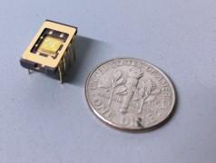 Der Vergleich mit der Münze zeigt die Abmessungen von Phononik-Bauteilen. (Foto: Caltech)