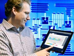 Der Forscher Jay Gambetta von IBM verwendet ein Tablet zur Interaktion mit IBM Quantum Experience ( Jon Simon / Feature Photo Service for IBM)
