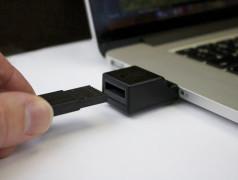 Een DFX-geheugentoken wordt in een DFX PC Adapter geplaatst.