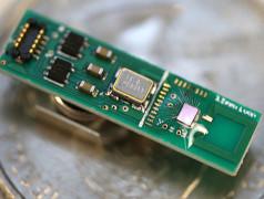 De Bluetooth-zender (rechter chip) is verbonden met een magnetische monopool-antenne (geheel rechts) die deel van de resonator uitmaakt. Het linker deel van de print dient uitsluitend testdoeleinden (foto: University of Michigan).