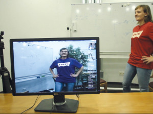 Vom Computer umgefärbt: Eine Software von Saarbrücker Informatikern ändert in Videos die Farbe von Oberflächen, und zwar fotorealistisch und in Echtzeit. So erscheint das T-Shirt einer Frau nicht mehr rot sondern blau. © MPI für Informatik