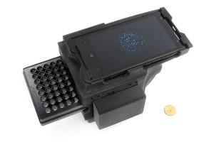 Der Detektor auf Smartphone-Basis erzielt Ergebnisse, die mit denen teurer Laboratoriumsapparatur vergleichbar sind. (Foto: Dino Di Carlo / UCLA)