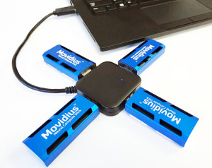 Vier Movidius-Sticks per USB-Hub an einem Laptop. Bild: Intel