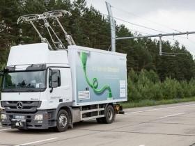 Elektrifizierter LKW auf einer Autobahn-Teststrecke bei Berlin