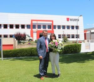 Herr Eusebi Cima, Geschäftsführer Vertrieb von Würth Spanien begrüsst die 70.000. Mitarbeiterin der Würth-Gruppe, Frau Itzar Abal.