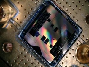Mit diesem Quantenchip (1x1cm2) können die Forscher das schwächste Funksignal hören, das die Quantenmechanik erlaubt (Foto: TU Delft).