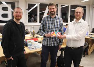 Glückwünsche und Präsente überreicht durch Mathias Claußen (Elektor, rechts) an IanHubbertz (Mitte) und Michael Mosburger (links).
