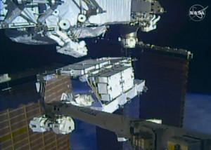 Die NASA-Astronauten Christina Koch und Andrew Morgan außerhalb der ISS. Bild aus einem Video der NASA.