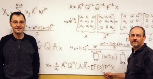 Vladimir Sukhoy (links) und Alexander Stoytchev (rechts) vor der Ableitung des ICZT-Algorithmus in strukturierter Matrixnotation. Bild: Paul Easker, Iowa State University.