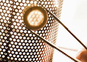 Lasergeschweißte Keramikbaugruppe mit transparenter zylindrischer Kappe. Bild: Garay Lab.