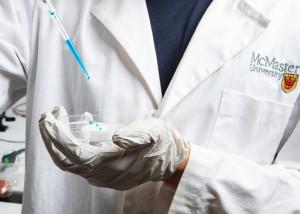 Eine neue Folie verhindert sogar die Anhaftung von Viren und Bakterien. Bild: Georgia Kirkos, McMaster University.