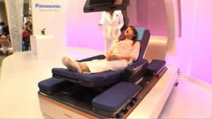 Un robot qui transforme un lit en fauteuil roulant