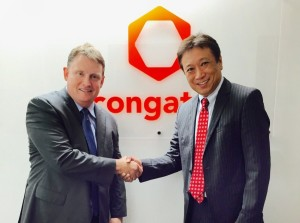 Fred Barden (gauche) accueillant Yasuyuko Tanaka comme Directeur commercial pour le Japon.