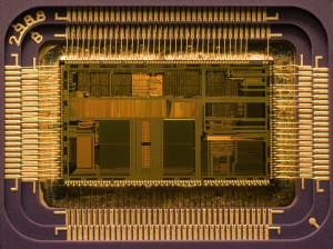 Puce de CPU 486 – très loin du térahertz. Illustration: Uberpenguin/Wikipedia.com. GNU FDL 1.2