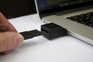 Un jeton de mémoire DFX est inséré dans un adaptateur PC DFX.