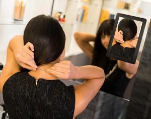 Slimme spiegel toont persoon in voor- en achteraanzicht