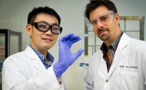 Terry Steele (rechts) en de student Gao Feng (links) hebben een elektrisch uithardende lijm ontwikkeld. Foto: Nanyang Technological University