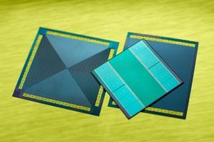 De integratie van microkanaaltjes in de silicium interposer maakt het mogelijk een processorchip zowel van onder als van boven te koelen (foto: Fraunhofer IZM).