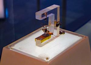 De eerste werkende transistor ter wereld. Afbeelding: Bell Labs