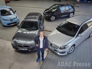 Projectleider Arnulf Thiemel met de op mogelijke privacy-schendingen onderzochte auto's.