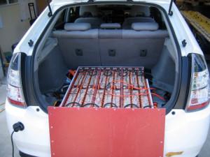 Lithium-ion-accupack van een Toyota Prius met geopende kap.
