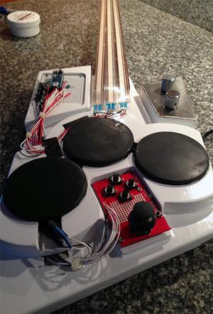 Gitaarsynthesizer met lintpotentiometers en Arduino Micro
