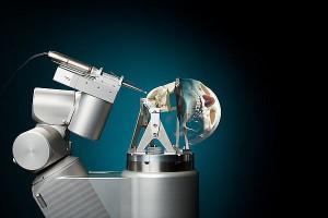 RoBoSculpt, de operatierobot van promovendus Jordan Bos, met een 'fantoom' van een stuk van de schedelbasis. De rest van de schedel is virtueel toegevoegd om helder te maken waar in het lichaam het stuk bot zich bevindt. Foto: Bart van Overbeeke.