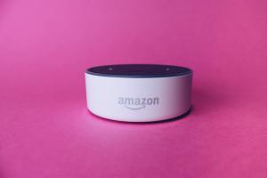 Amazon Echo Dot stemgecontroleerde speaker met Alexa virtuele assistent. Bron: Stock Catalog viaFlickr CC BY 2.0.