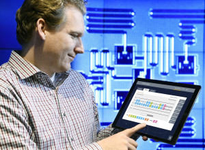 IBM's kwantumcomputer-wetenschapper Jay Gambetta maakt via zijn tablet verbinding met de IBM Quantum Experience (Jon Simon/Feature Photo Service for IBM)