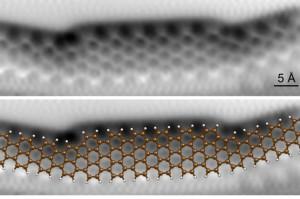 In het midden is het nanolint zeven atomen breed, aan de uiteinden vijf (foto: P.H. Jacobse e.a., Universiteit Utrecht).