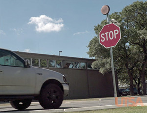 Sensorgestuurd stopbord herkent auto's en knippert. Afbeelding: utsa.edu