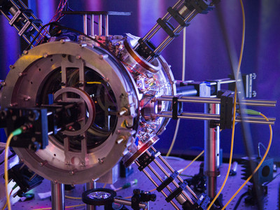 Infrared tractor beam pulls in atoms