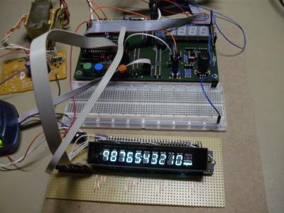 Der erste Versuch auf Lochraster. Der Trafo aus dem Küchenradio liefert die Filamentspannung sowie die 32V für die Anodenspannun