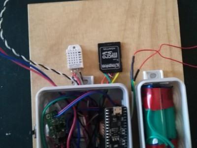 the elektronik stuff is mounted on a wodden plate