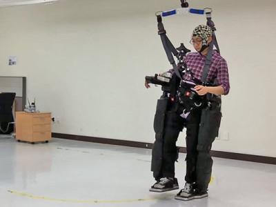 Jambes robotisées et un cerveau humain aux commandes